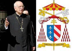 Эдуардо Мартинес Сомало и его герб в должности кардинала-камерленго. На гербе камерленго изображены папский гонфалон, папский крест, ключи св. Петра и галеро (шляпа с кистями) кардинала — знаки отличия, помещаемые за личным гербом кардинала-камерленго.