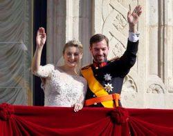 Гийом и Стефания приветствуют народ на балконе Дворца Великого Герцога после обряда венчания