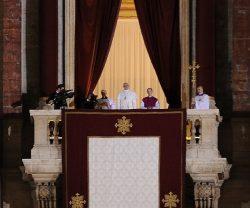 Папа римский Франциск выступает после своего избрания 13 марта 2013 г.