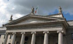 Скульптура Гибернии на фронтоне главпочтамта Дублина (в центре)