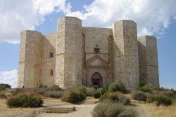 Замок Кастель-дель-Монте на п-ве Апулия (1240-1250)