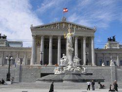 Фасад австрийского Парламента, перед зданием статуя Афины-Паллады