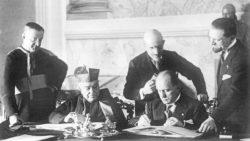 Момент подписания Латеранских соглашений кардиналом Пьетро Гаспарри и премьер-министром Италии Бенито Муссолини, (Латеранский дворец, 11 февраля 1929 года).