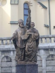 Памятник Кириллу и Мефодию перед фасадом собора Пресвятой Троицы г.Жилины (Словакия)