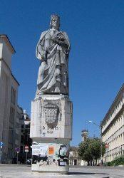 Памятник Динишу I, установленный возле университета Коимбры