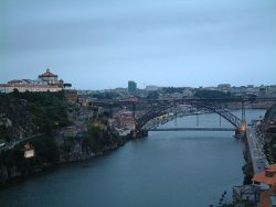 Мост Дона Луиша I, слева — Рибейра — самый старый район Порту
