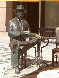 Памятник Ф.Пессоа в Лиссабоне