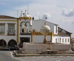 Фонтан из белого мрамора эпохи Возрождения и Великих открытий был создан в 1556 году, как символ земного шара, омываемого водой, он расположен на Площади Largo das Portas de Moura. С южной стороны площади — здание XVI века Casa Cordovil с аркадами в мавританском стиле.
